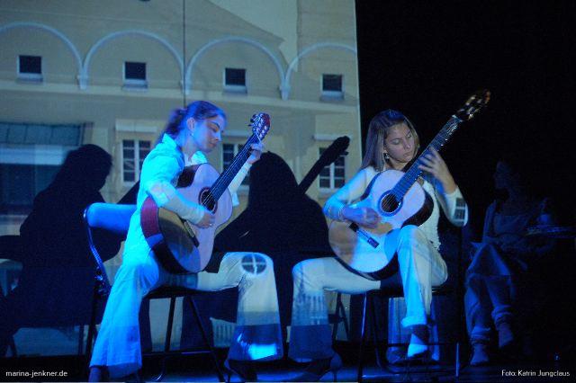 Zwischenspiel auf der Gitarre von Theresia und Katharina Weimer (Rex-Theater 27.10.2006).
