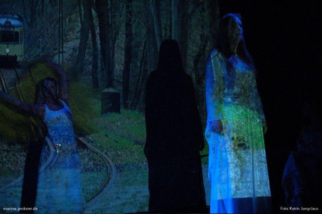 """""""Kohlfurth"""" - vorgetragen von Marina Jenkner, mit Tanzelementen von Beate Slowik (Rex-Theater 27.10.2006)."""