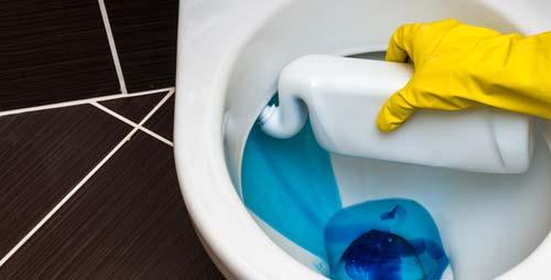 Unter dem Rand einer Toilette reinigen