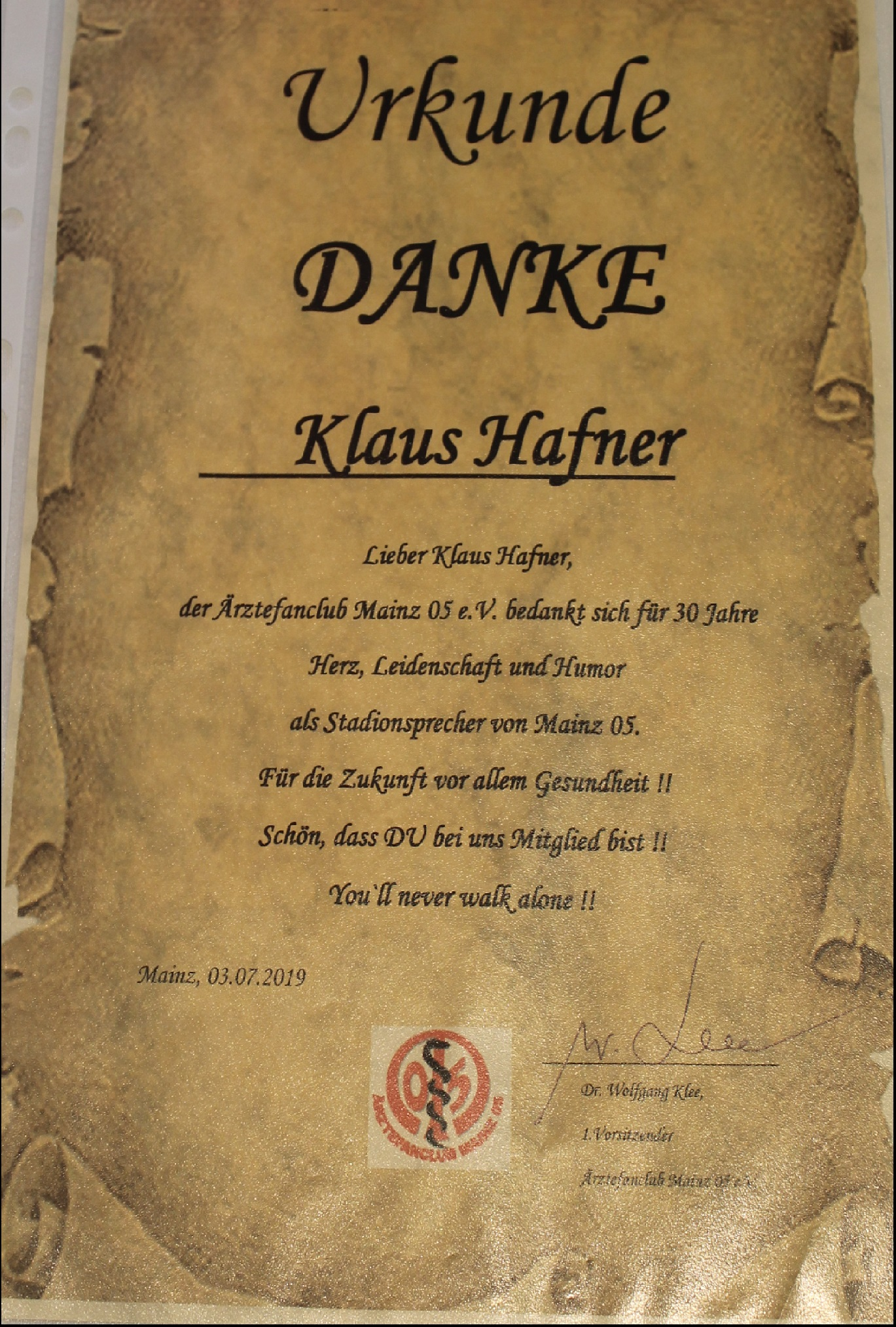 Der ÄFC bedankt sich mit einer Urkunde bei Klaus Hafner für 30 Jahre Stadionsprecher und dass er im ÄFC bereits jahrelang Mitglied ist.