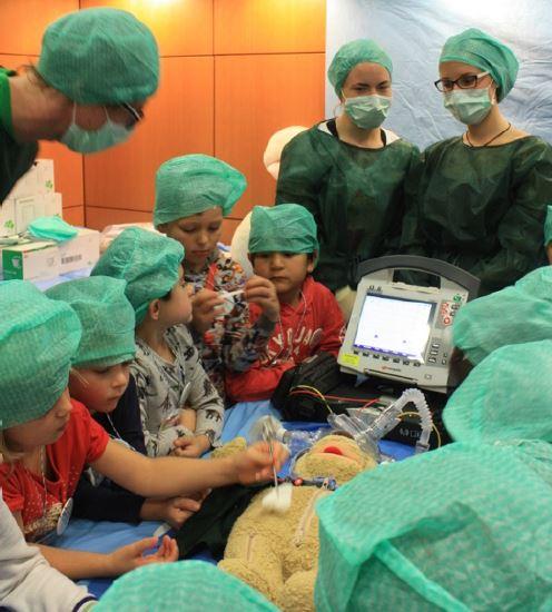 Kinder im TEDDY-Klinik-OP-Saal