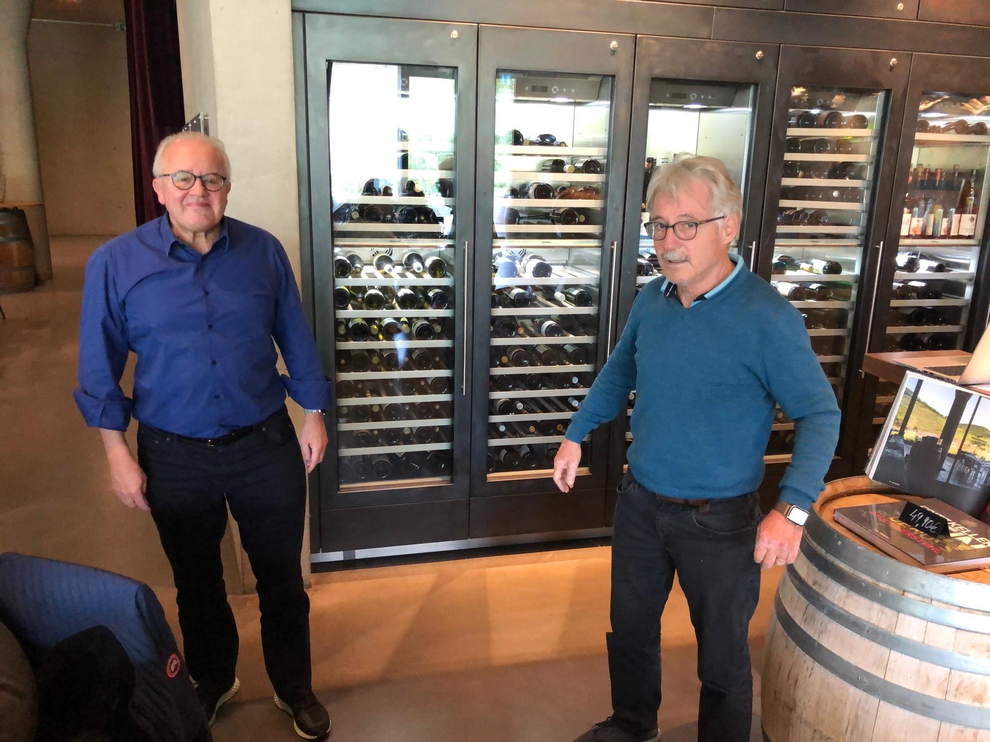 Ein Präsident vom FSV reicht nicht - es müssen zwei weitere her: DFB-Präsident Fritz Keller und ÄFC-Präsident Dr.W.Klee (es fehlen bereits 4 Flaschen aus dem Weinregal...)