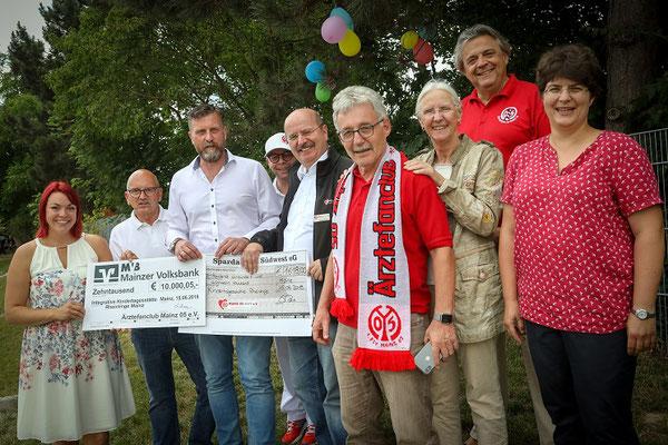 Große Scheckübergabe an Spendenempfänger
