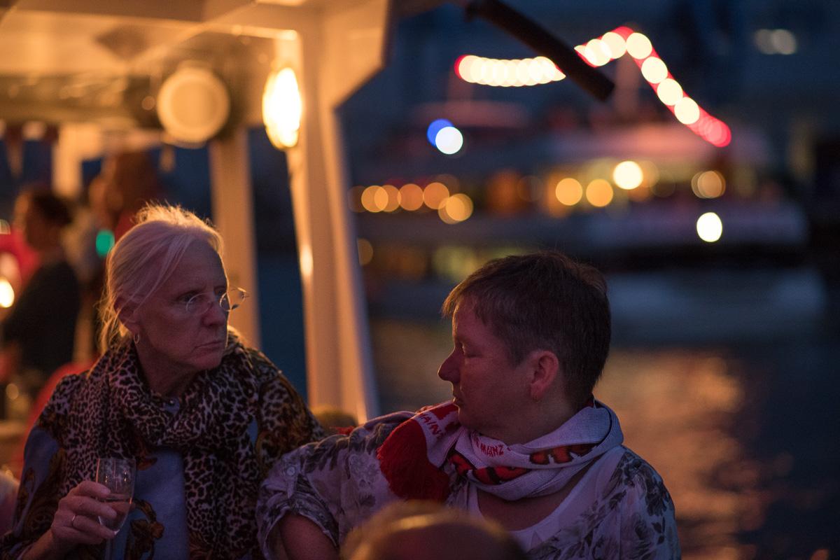 Zwei Damen skeptisch: Meinst Du, das wird noch was mit dem Feuerwerk ?