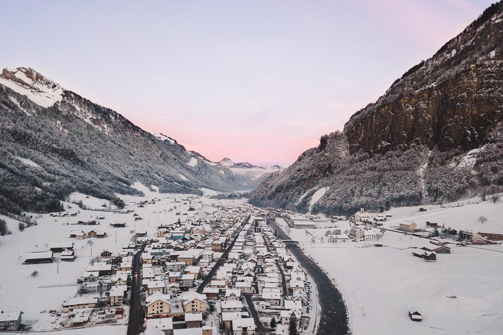 Drohnenaufnahme Sonneaufgang Winter mit Schnee im Muotathal