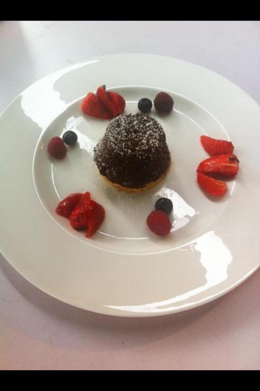 5. Gang: Halbflüssiges Schokoladentörtchen auf gegrillter Ananas mit Minz-Beeren.