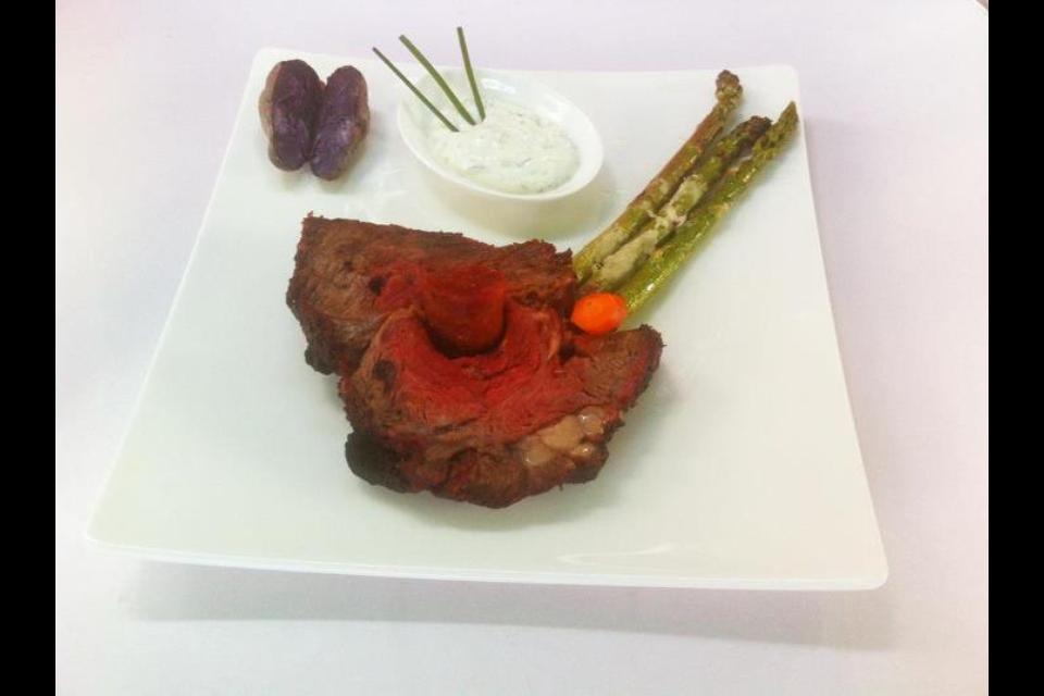 3. Gang: Hohe Rippe mit Chorizo, gratinierter Spargel und violetten Drillingen aus der Salzkruste.