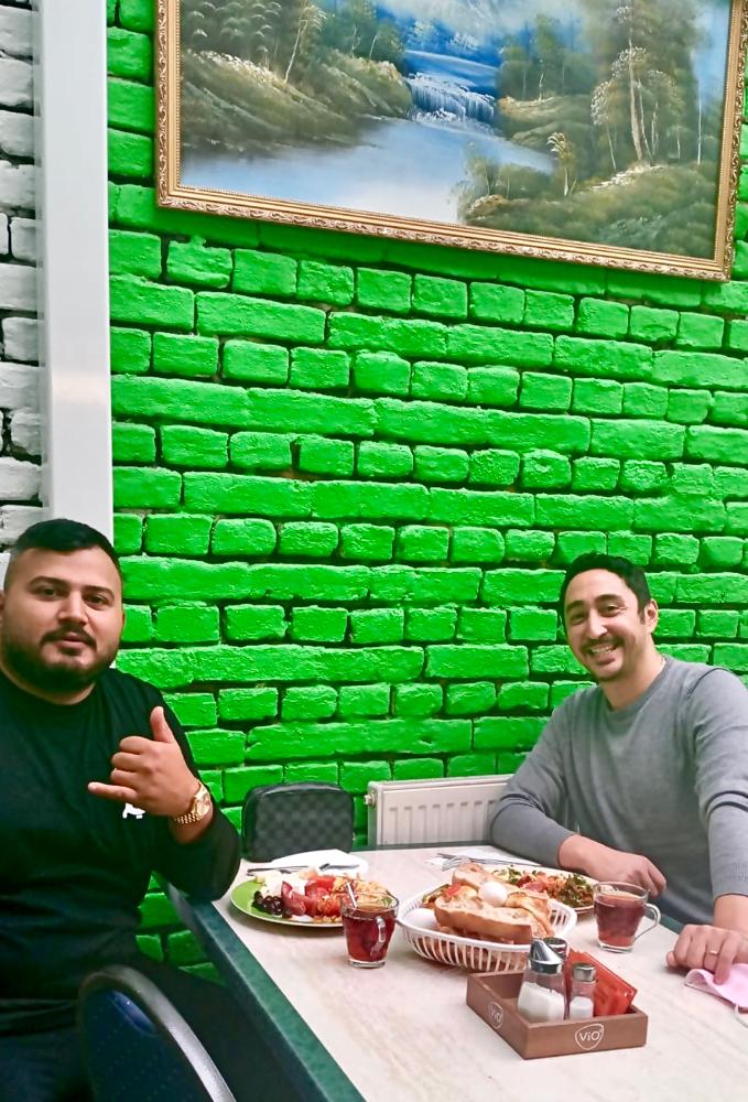 Eko Fresh (rechts) und Freund beim Frühstück im Hanimeli.