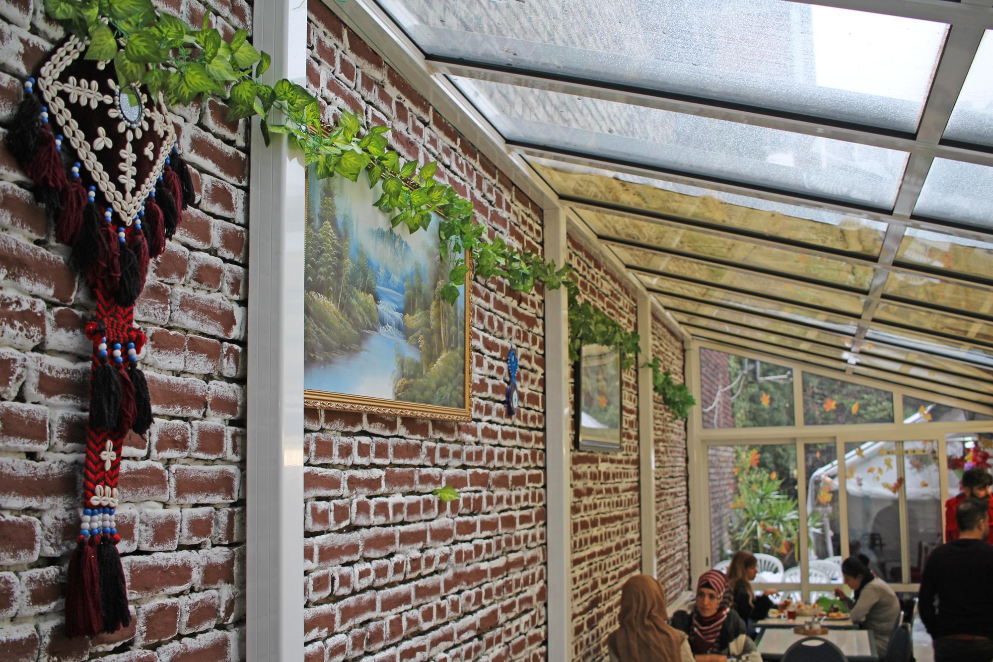 Hinterer Gastraum mit Terrasse