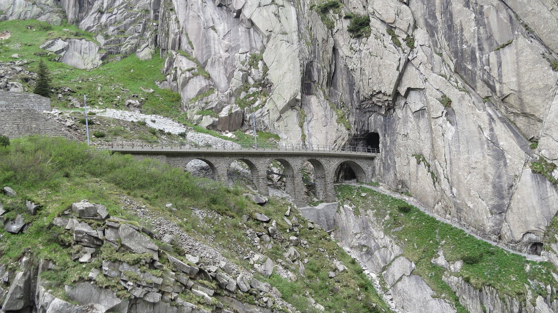 фотографии чертова моста в альпах зимой лишь