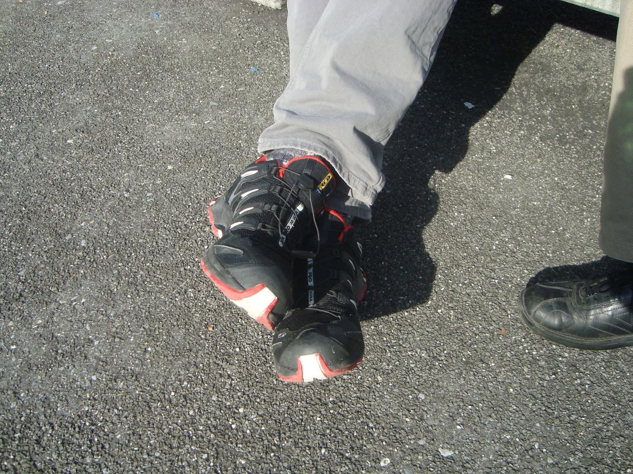 Schwarze Schuhe zur Uniform, sagt der Präsident. Wer trug Leuchtschuhe?