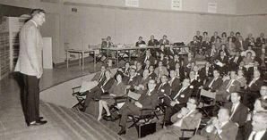 SMIのミーティングで代理店の社長たちに語りかけるポール・J・マイヤー(1964年・36歳)