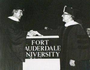フォートローダーデール大学から博士号を授与される(1971年・43歳)