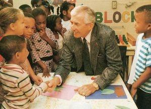 奨学資金の恩恵を受ける子供たちを励ます(1990年・62歳)