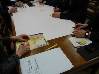 各学校での授業でのICT活用の課題を付箋に書き出す