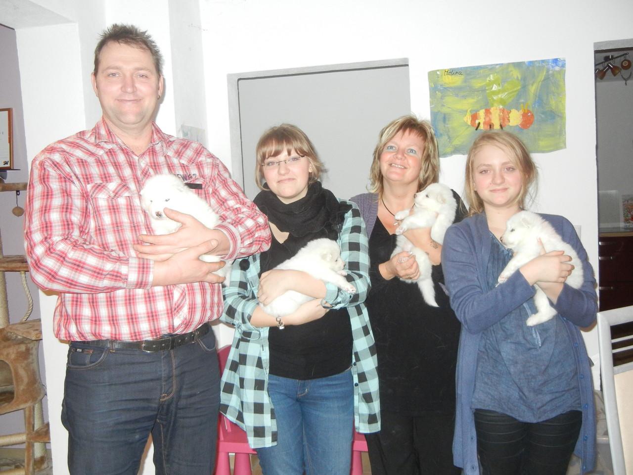 Familie Hauff, die erste Begegnung mit ihrem neuen Familienmitglied