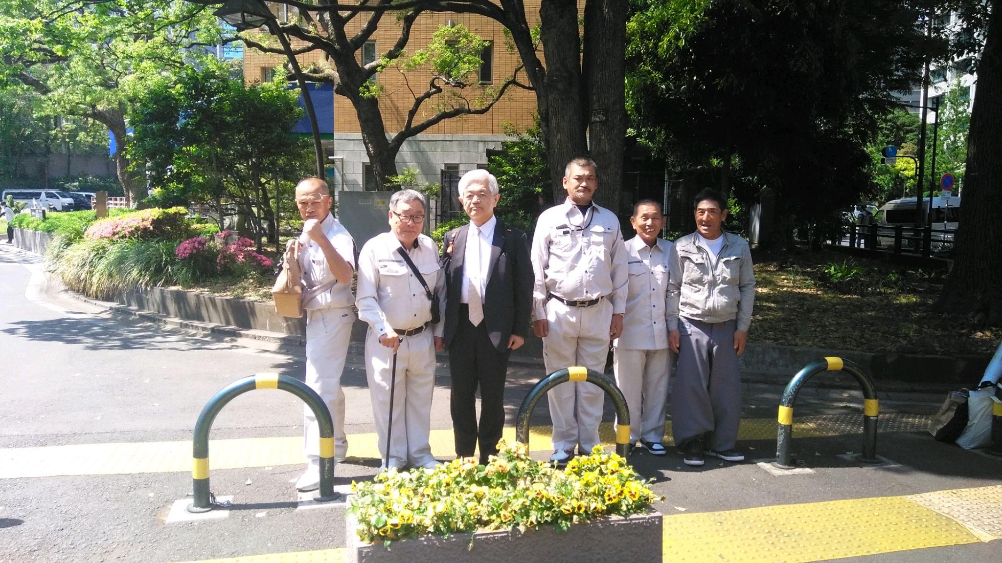 日本青少年更生社 尽の会 代表 平野 貢司の会員3名も応援に駆け付け、荒木先生との記念写真を写しました。日本青少年更生社は、東京都内にも2団体となり、北朝鮮問題に会員一同取り組んでくれております。