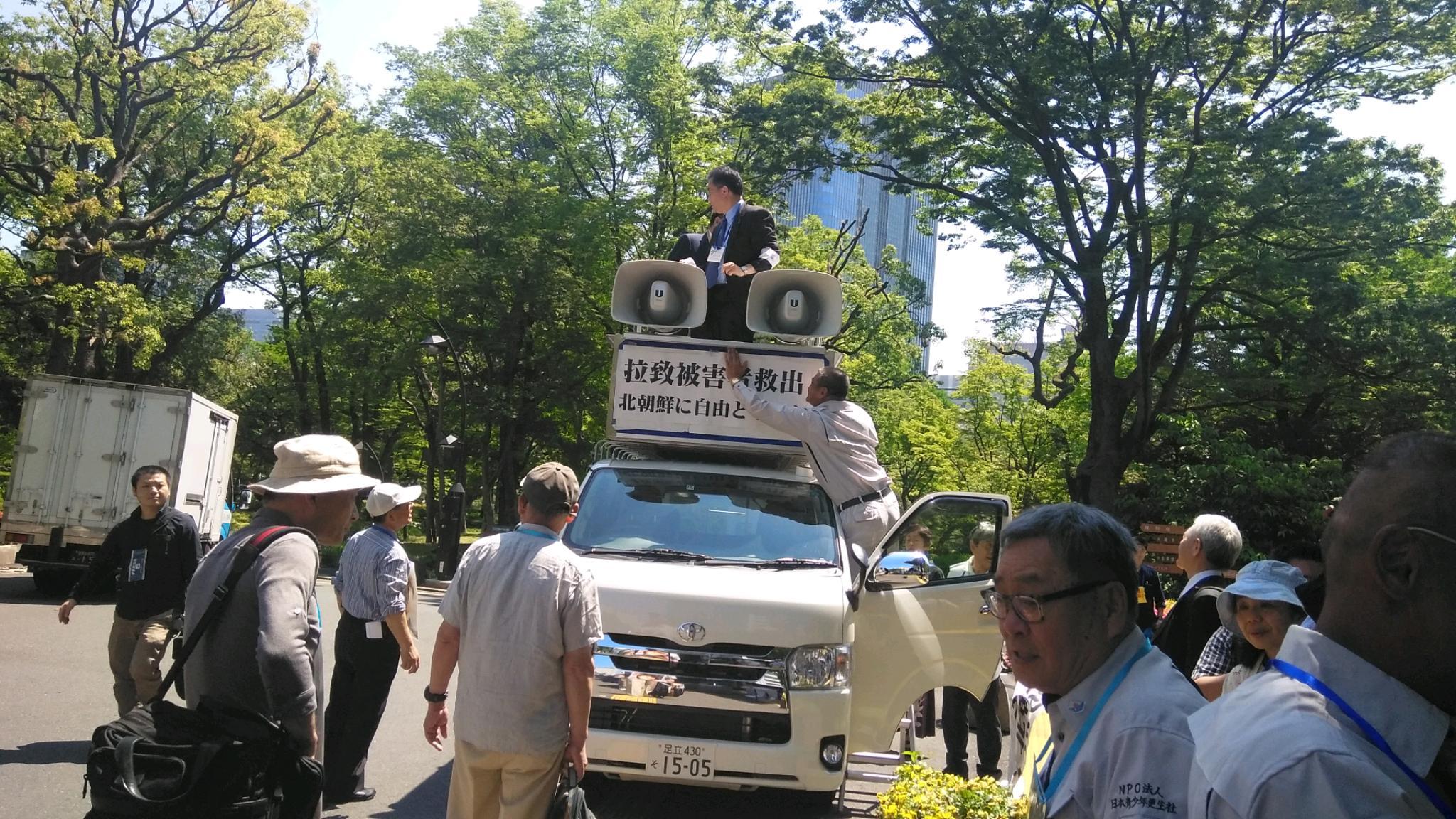 日本青少年更生社の会員たちが広報車に拉致被害者救出、北朝鮮に自由と平和のステッカーをスタッフ一同とお手伝い致しました。