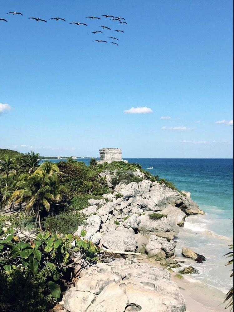 Die Ruinen von Tulum über dem karibischen Meer
