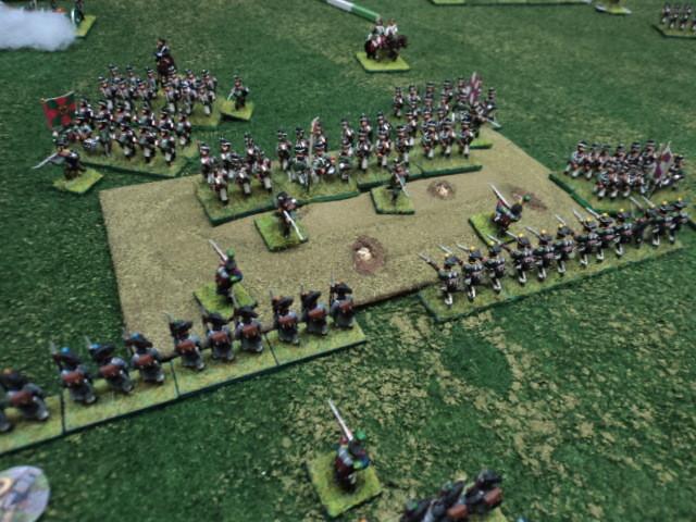 La fanteria francese, al riparo dietro la collina, è pronta ad intervenire per contendere l'obiettivo al nemico