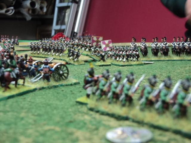 Le truppe di entrambi gli schieramenti convergono al centro per cercare di prevalere uno su l'altro