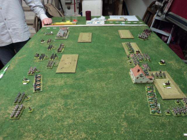 Schieramento iniziale. A destra la Divisione francese, obiettivo in difesa: villaggio, in attacco: fattoria. A sinistra la Divisione russa, obiettivo in difesa: fattoria, in attacco: villaggio