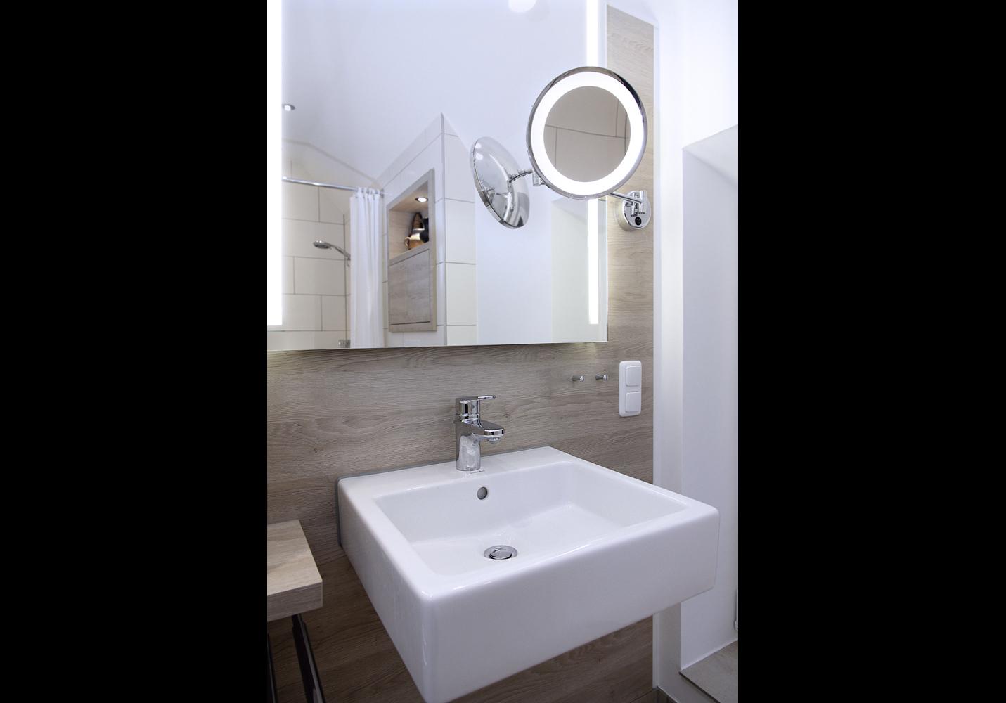 Ein Raumsparsiphon unter dem Waschbecken bietet mehr Bewegungsfreiheit.