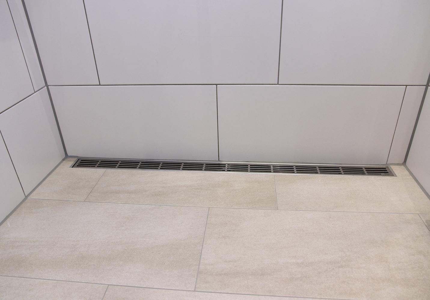 Eine zweite Rinne entwässert zusätzlich unter dem Duschvorhang.