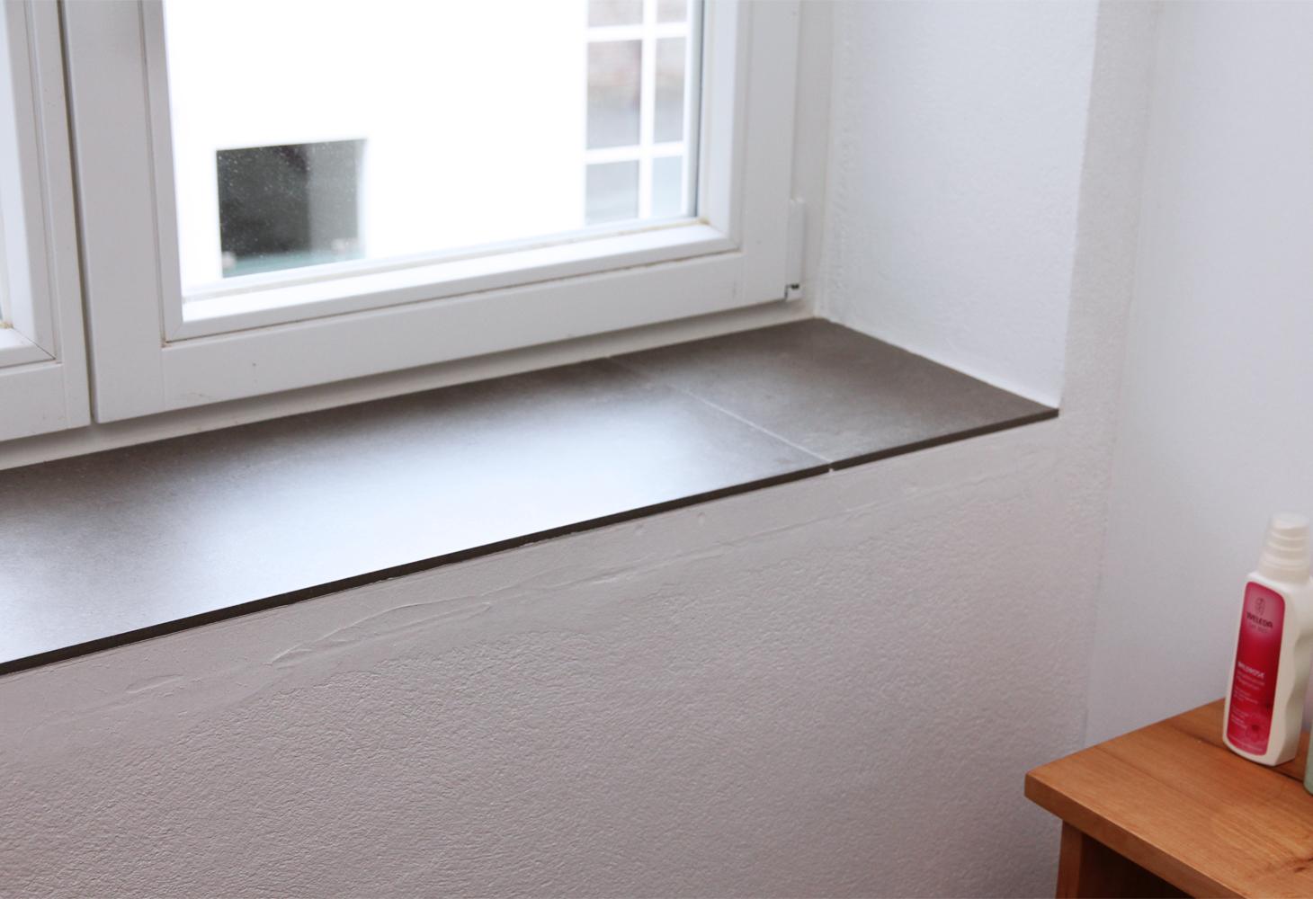 Fensterbank aus Feinsteinzeug.