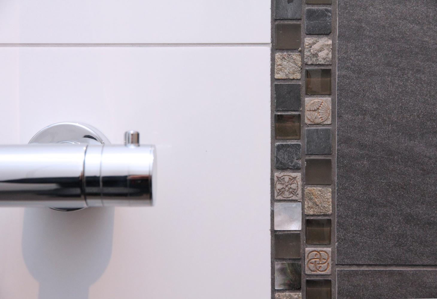 Kleine Mosaikstreifen als verspielte Elemente beleben das Design.