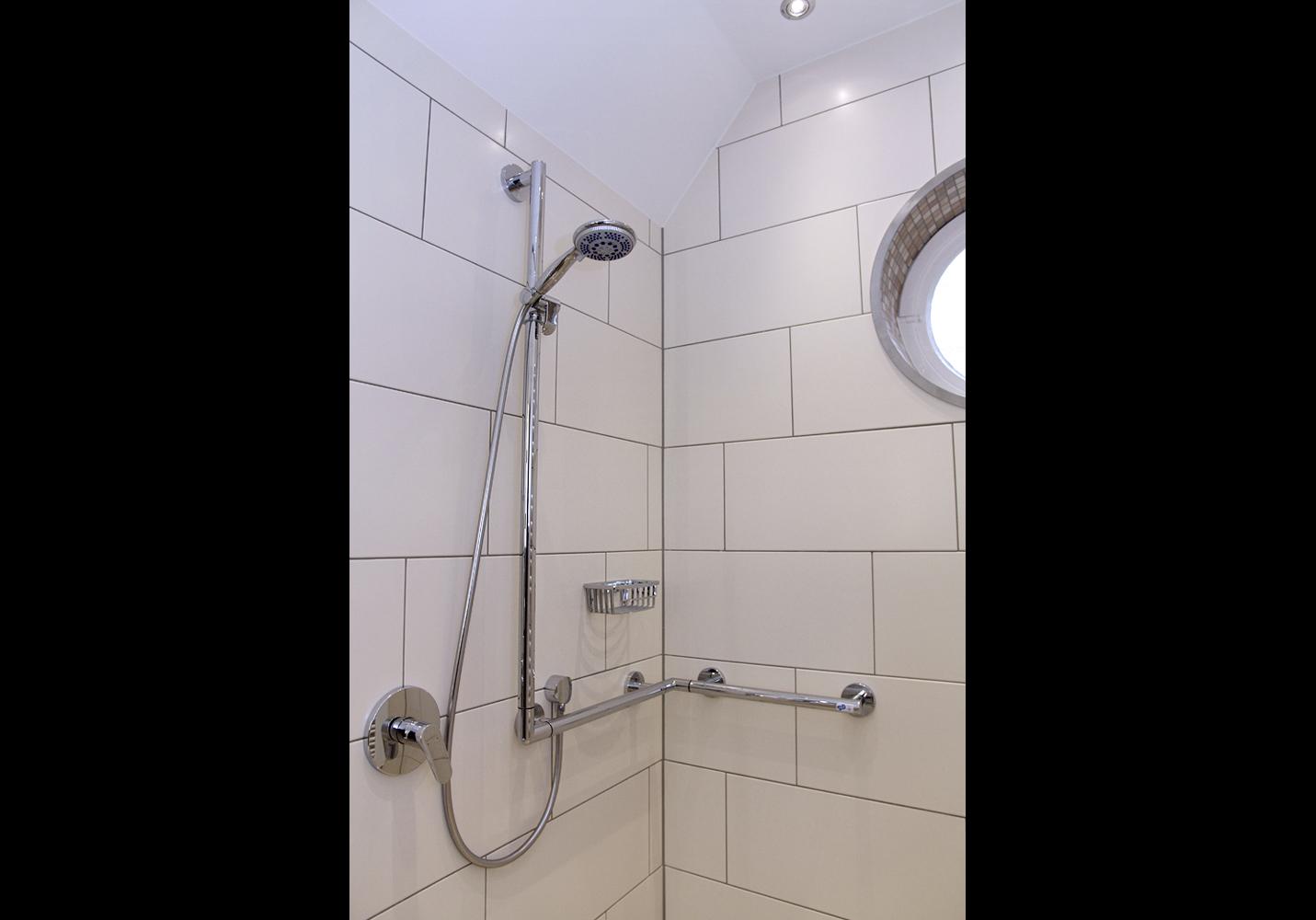 """Haltegriff-Duschstangen Kombination von """"Keuco"""" bietet ein Mehr an Sicherheit."""