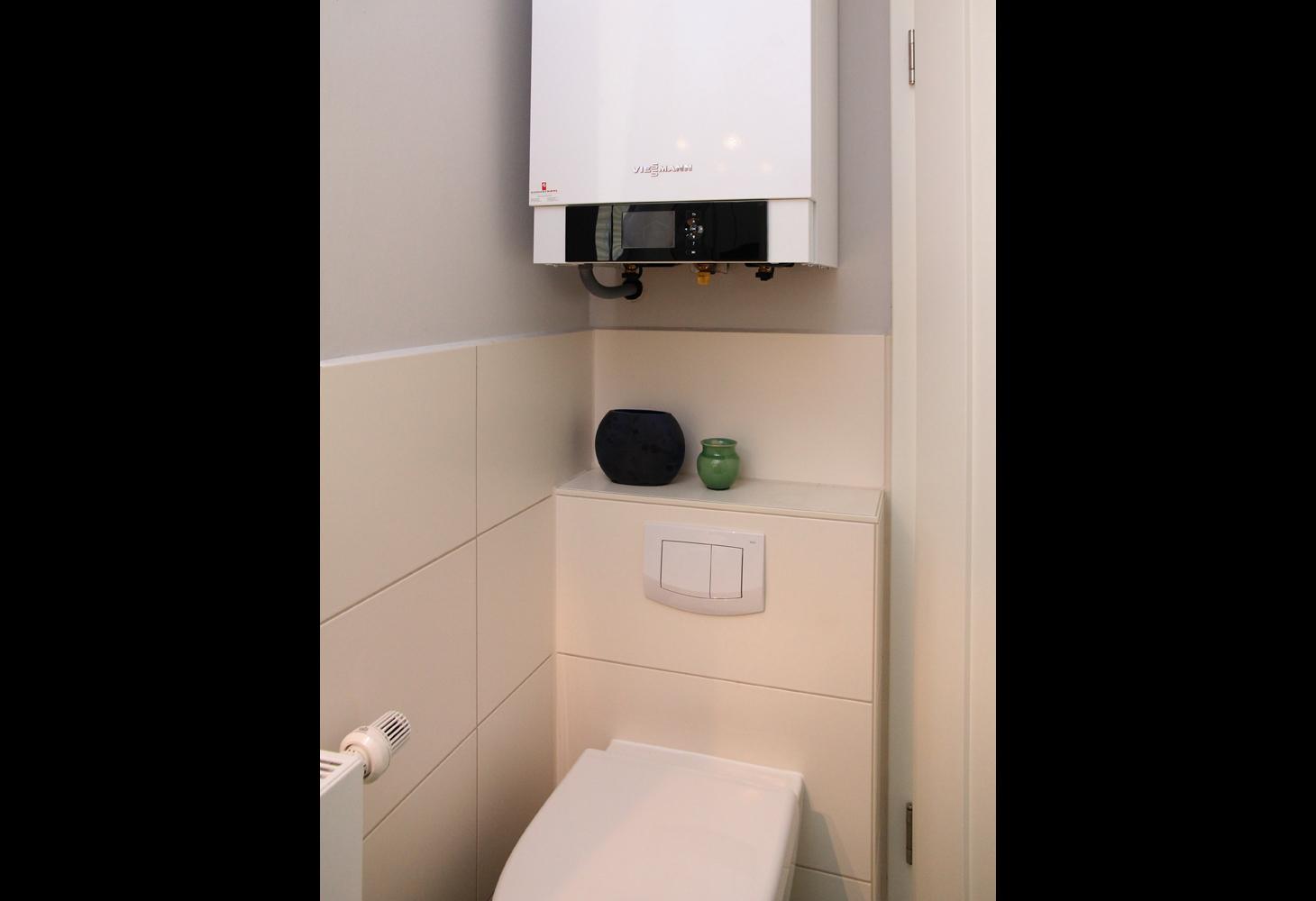 EG: Platzsparende Unterbringung der Therme über dem WC- Spülkasten.