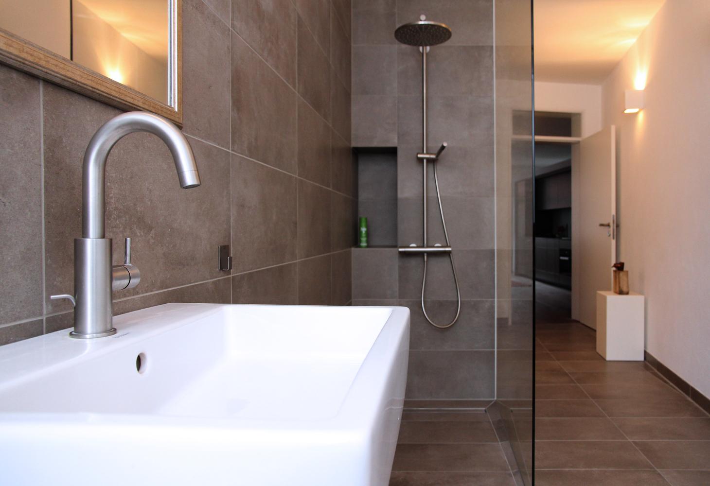 Großes Platzangebot im Duschbereich.