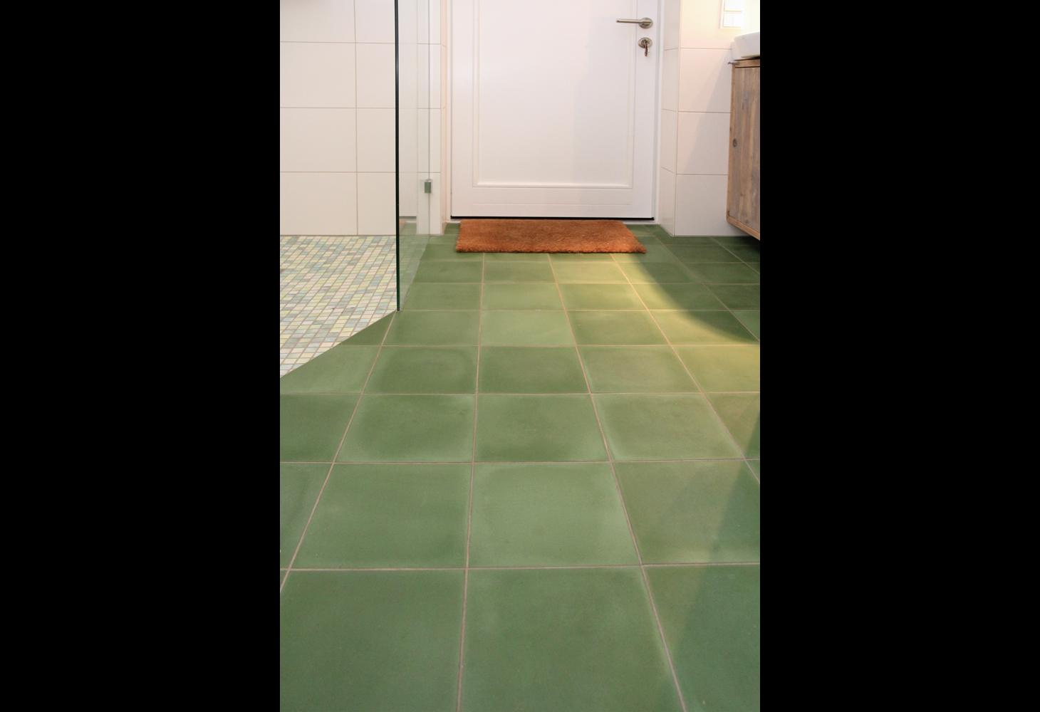 EG: Bodenbelag aus grünen Zementmosaikplatten von VIA.
