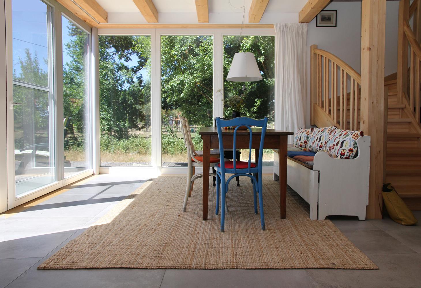 EG: Gemütlicher Essbereich mit Aussicht und offenem Treppenaufgang.