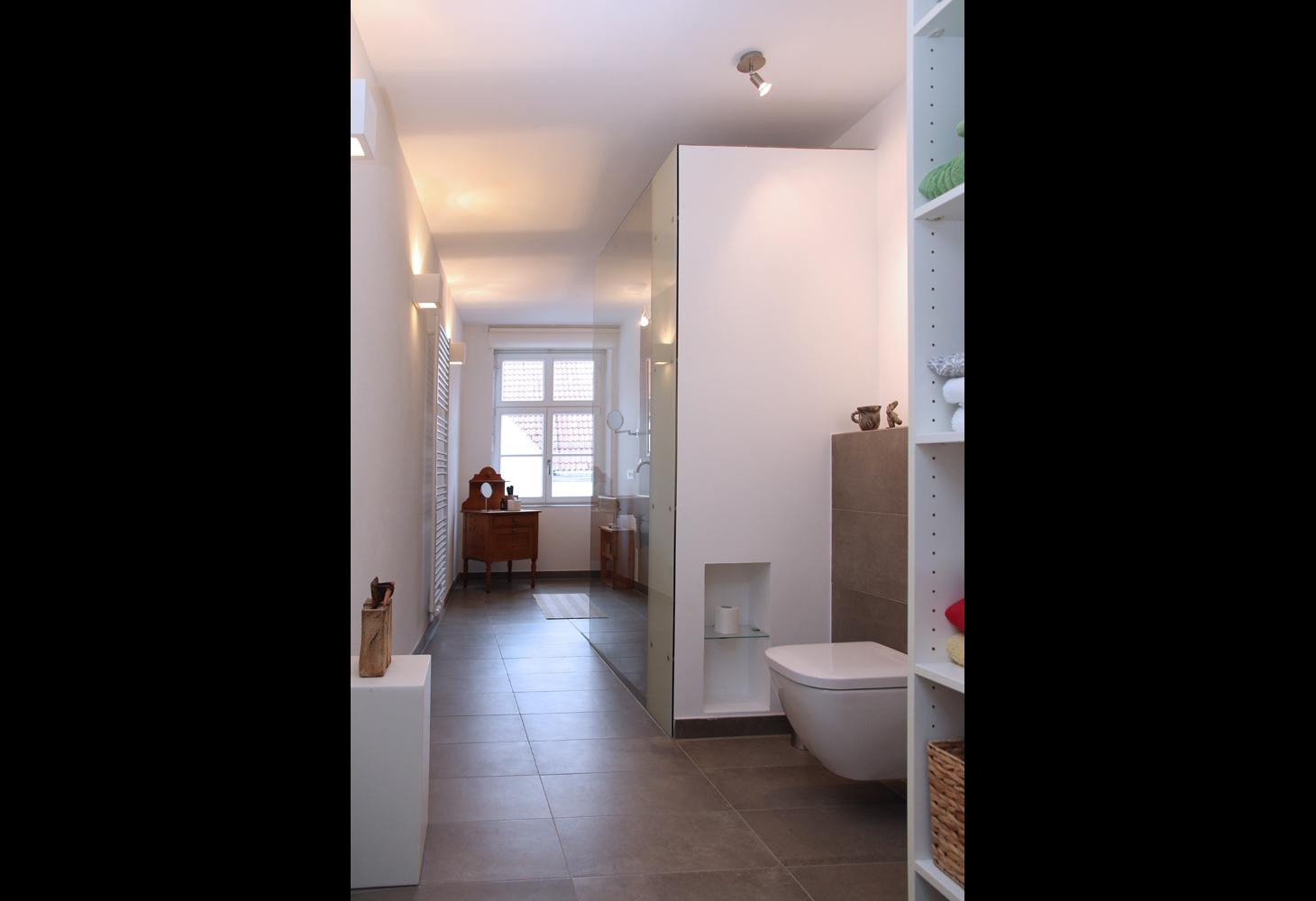 Feine Kunst und feines Design findet seinen Platz auf Stelen und Ablagen.