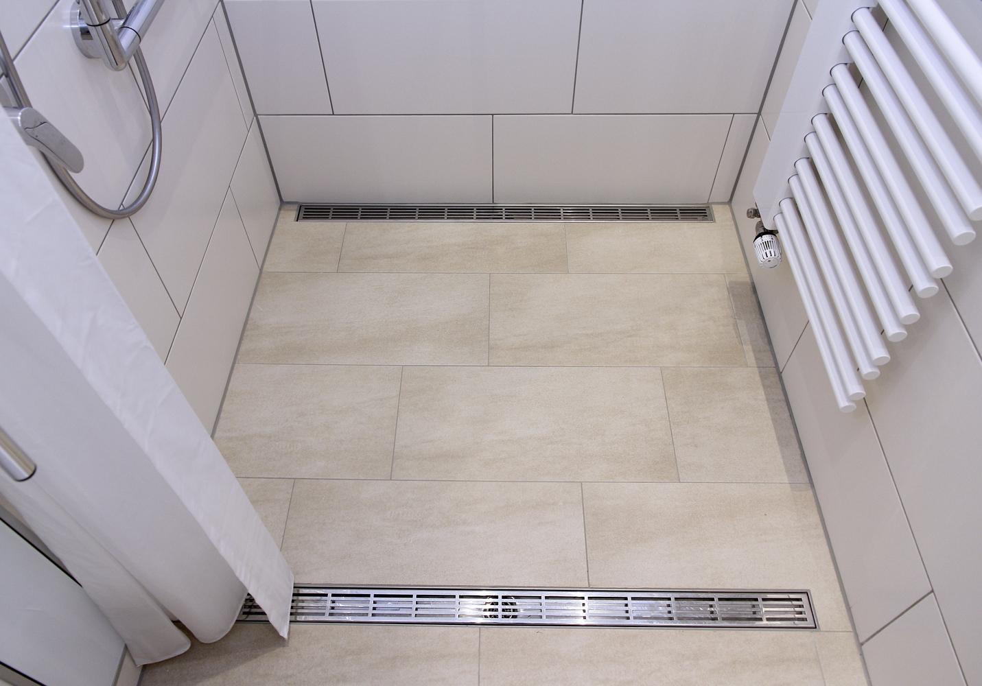 Der Duschvorhang ermöglicht den ungehinderten Zugang für eine helfende Person.