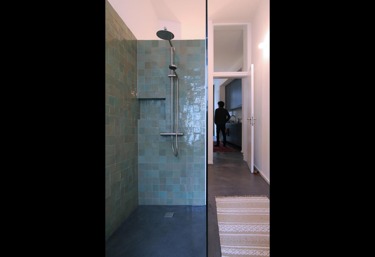 Wandfliesen 10 x 10 im Duschbereich.