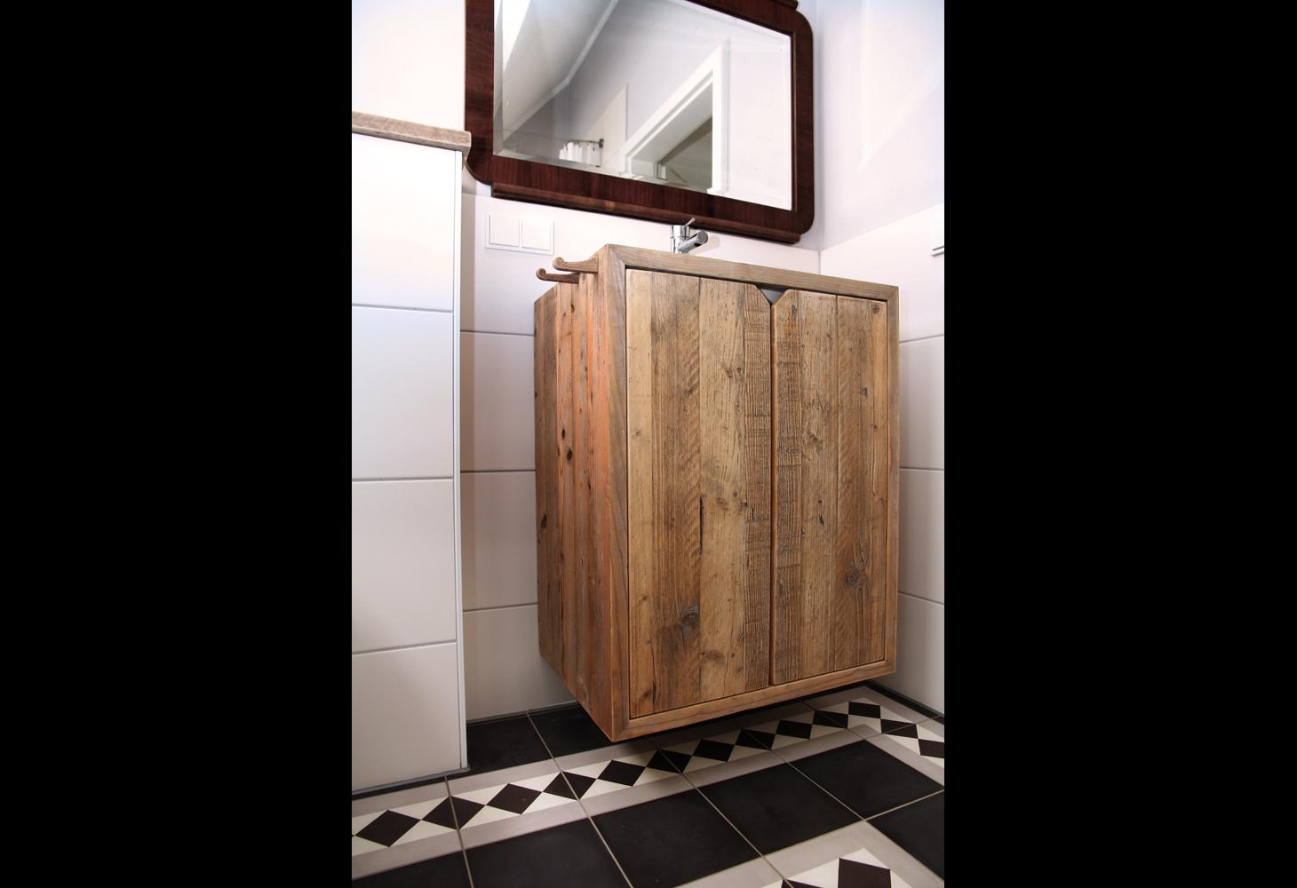 OG: Vorwandabdeckung und Badobjekte bauseits als Designmöbel aus aufgearbeiteten alten Bohlen.