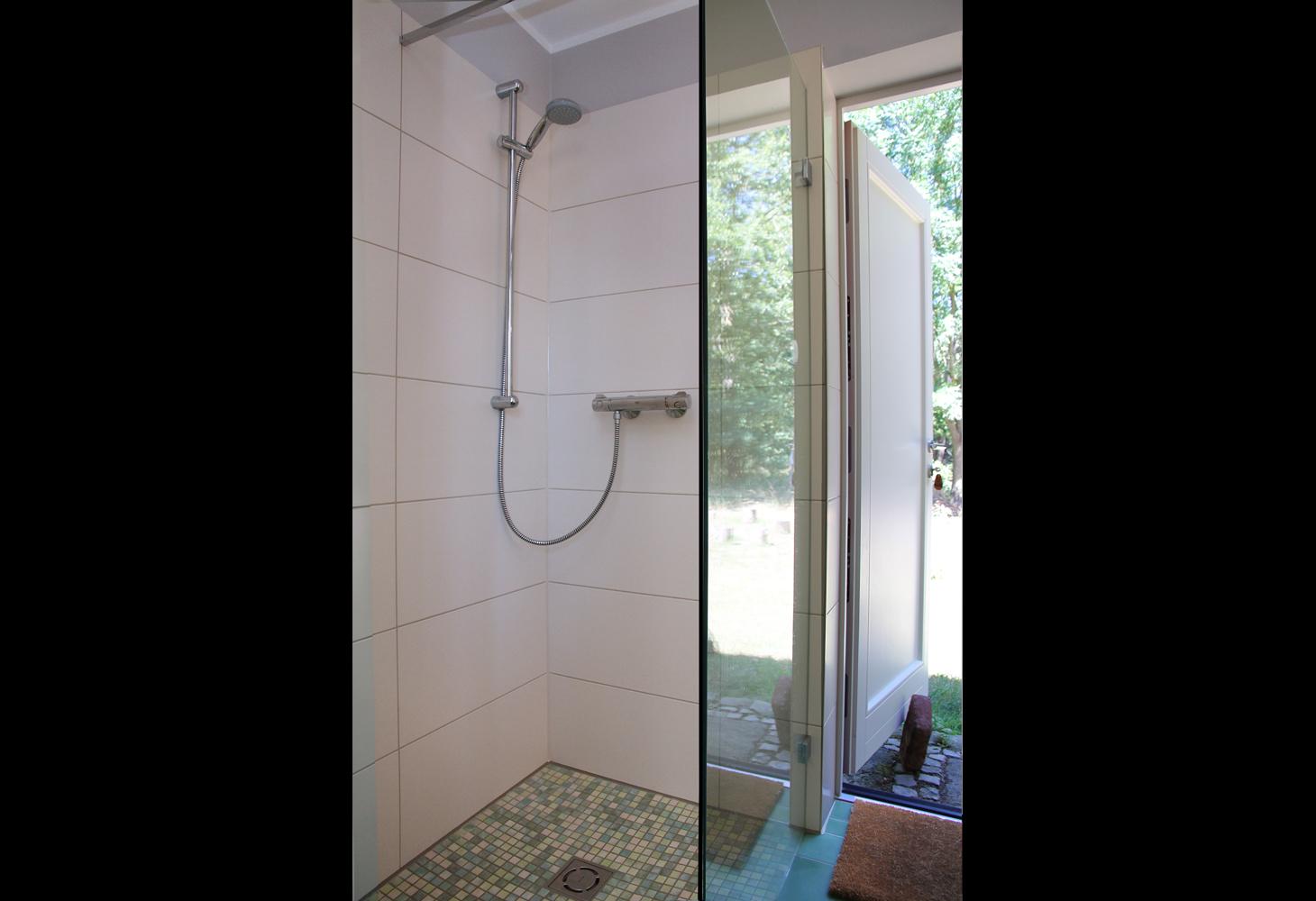 EG: Im abgetrennten bodengleichen Duschbereich wurde Mosaik verlegt.