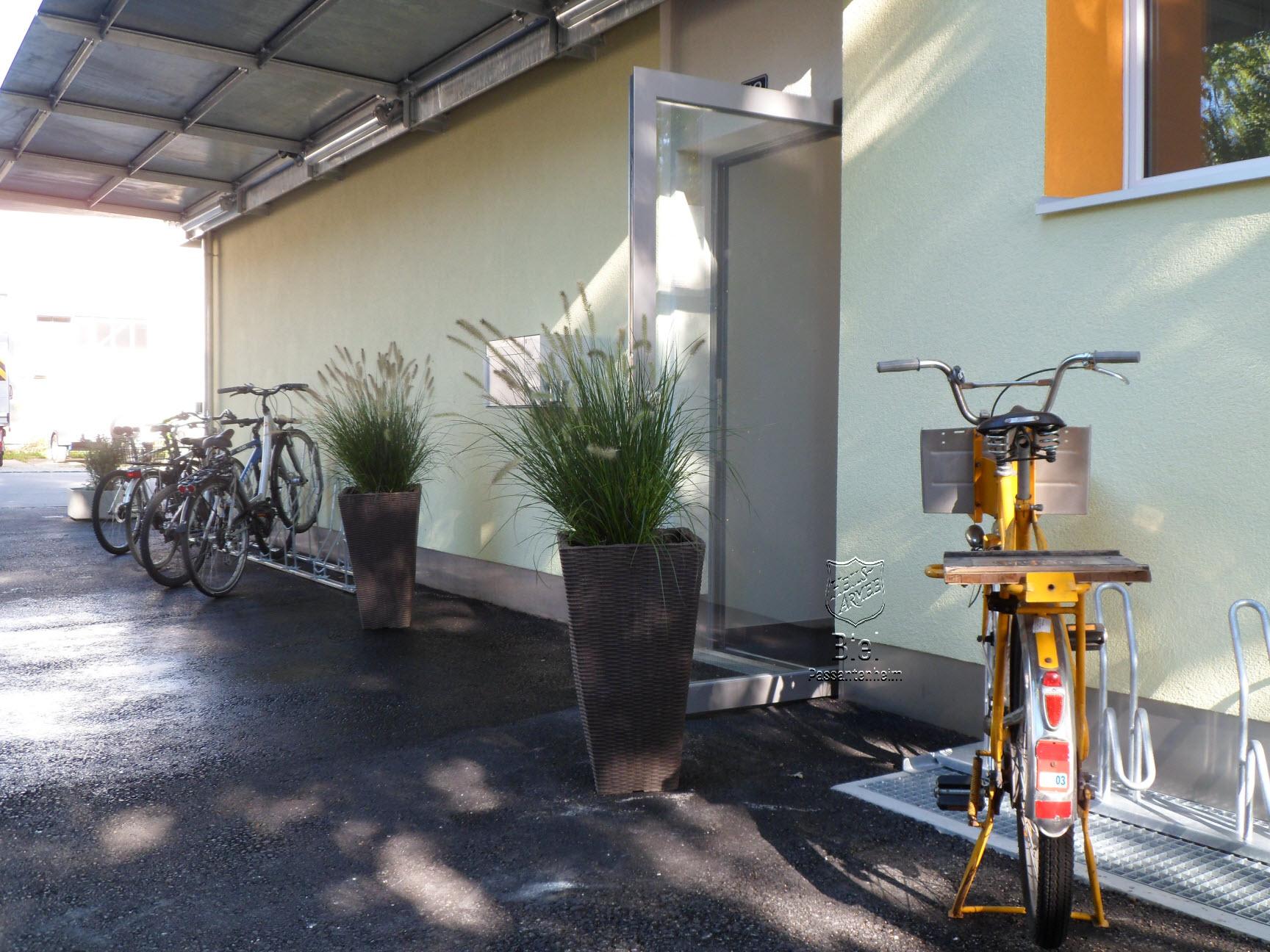 les vélos à l'abri devant l'entrée