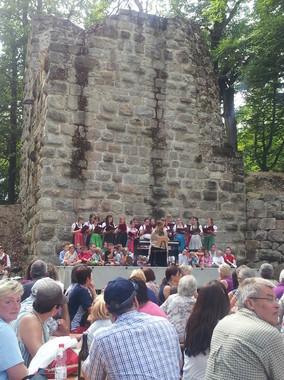 Juni 2014; Wiesenter Brettl mit den Kinder- und Jugendchören auf der Ruine Heilsberg