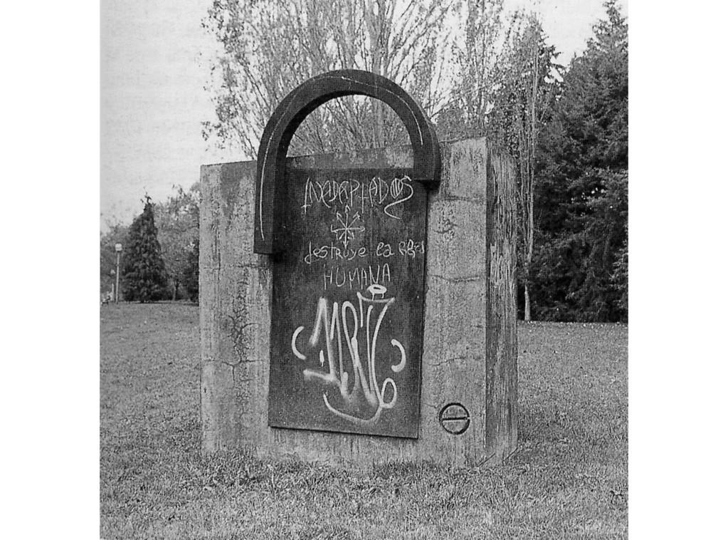 Vitoria-Gasteiz. Escultura en los jardines e la Senda de los Donantes de Sangre. Foto Garikoitz Estornés Zubizarreta, España, 1999.