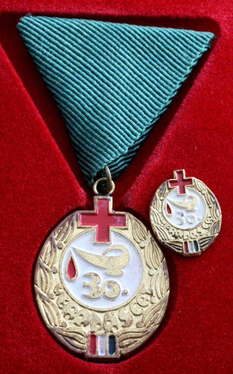 Premio Medalla y Pin de la Cruz Roja de Hungría por las 30 Donaciones de Sangre.