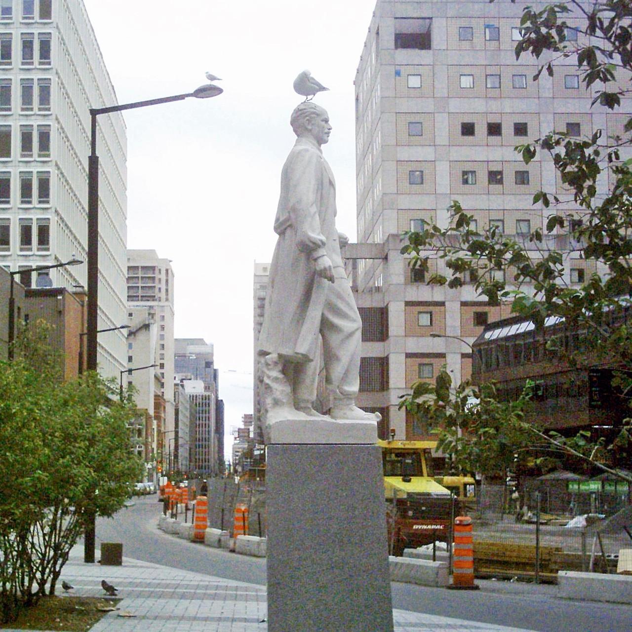 Dr. Norman Bethune, Monumento en Canadá.