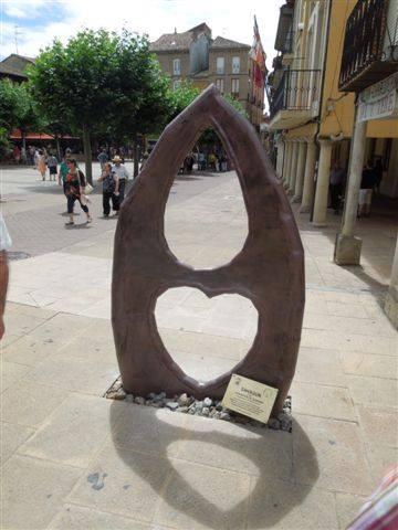 Monumento que el Ayuntamiento de Sahagún ha dedicado a los Donantes de Sangre en la Plaza Mayor.