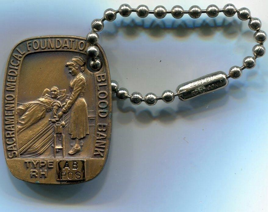 Frente Medalla Identificatoria de Grupo Sanguíneo de la Fundación Médica de Sacramento - USA. Banco de Sangre.