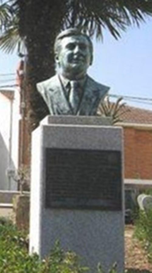 Monumento al Donante en Vida, Martín Manceñido Fuentes, Plaza que lleva su nombre en Valdefuentes del Páramo - ESPAÑA, su pueblo natal. Foto Jesús Glez.