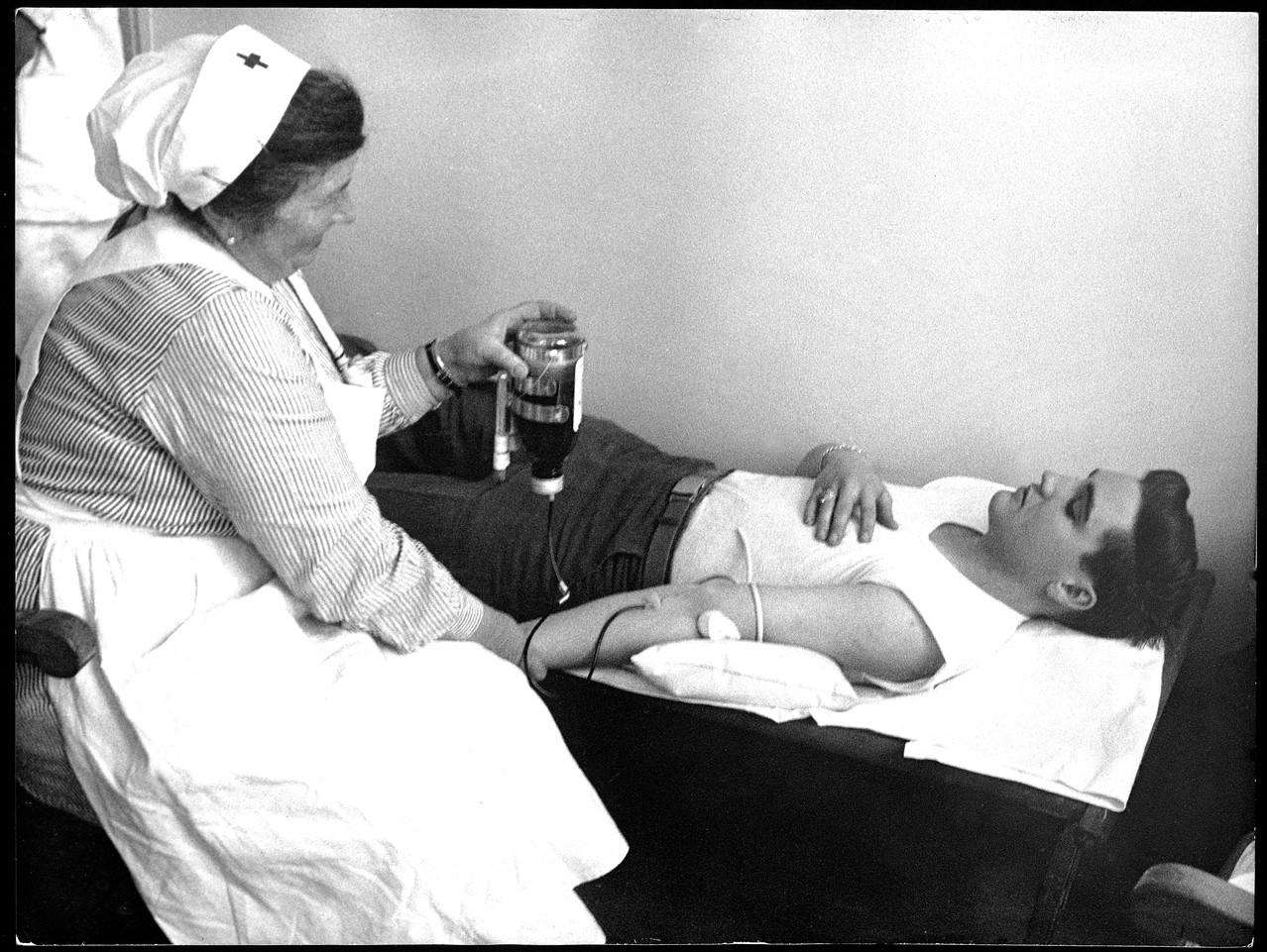 Elvis Donating Blood: esta foto se subió el 18 de noviembre, 2010 por la American Red Cross