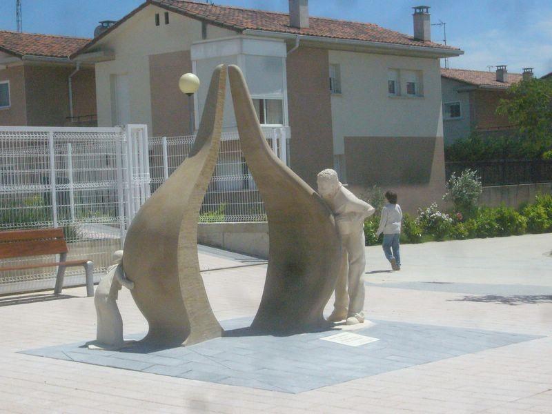 Esculturas del Monumento a los Donantes en Barásoain (Navarra) - España.